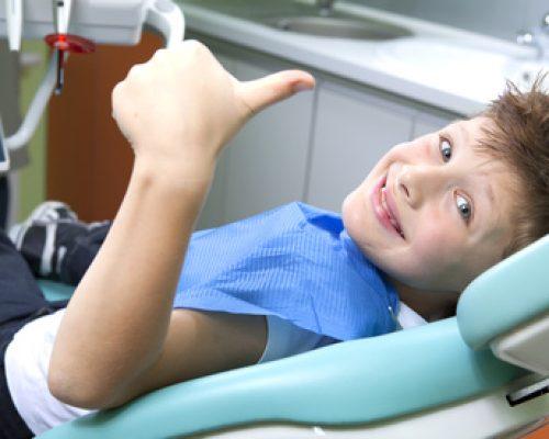 Junge beim Zahnarzt